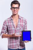 Casual man presents his tablet — Stock fotografie