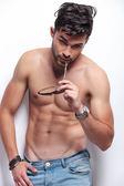 Topless jonge man bijt zijn zonnebril — Stockfoto