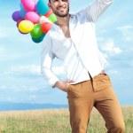 hombre casual con globos se ve lejos — Foto de Stock   #30364827