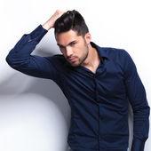 молодой человек, регулируя его волосы — Стоковое фото