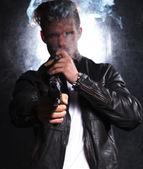 若いキラーのカメラで彼の大きな銃を指しています。 — ストック写真