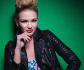 Frau mit schöne make-up und frisur lächelt — Stockfoto