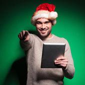 Santa man is vinger tijdens het lezen op Tablet Pc — Stockfoto