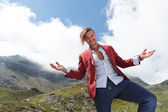 Casual man welcomes you to see the mountains — Stock Photo