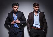 Dwa modele mężczyzna patrząc od — Zdjęcie stockowe