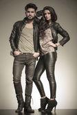 En amor pareja vestida con ropa de cuero — Foto de Stock