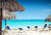 Tropical view of a beach with umbrellas and  beach chairs — Stock Photo