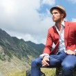 Outdoor fashion man looks away, smoking — Stockfoto