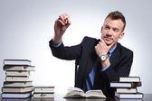 Homem de negócios escreve na tela imaginária — Fotografia Stock