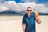 Man invites you to a cold drink on the beach — Foto de Stock