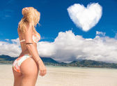 Woman dreaming to spend  honeymoon on beach — Foto de Stock