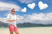 Man invites you to spend your honeymoon on the beach — 图库照片