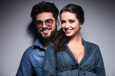 Sonrisas de pareja joven — Foto de Stock
