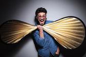 Uomo di moda che si diverte con un grosso farfallino — Foto Stock