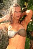 Donna in palme tropicali doccia intorno — Foto Stock