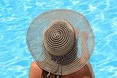 Jeune femme bénéficiant d'une piscine — Photo