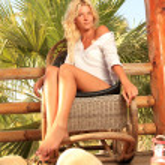 Young woman at tropical resort — Stock Photo