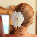 unga vackra brud sätta på smink — Stockfoto