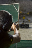 Hombre disparando en un tiro al aire libre — Foto de Stock