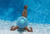 Donna rilassante in piscina — Foto Stock
