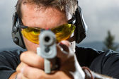 Man shooting on an outdoor shooting range — Foto de Stock