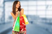 Una foto de una mujer de compras al aire libre — Foto de Stock