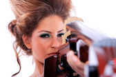 Vrouw met een cello — Stockfoto
