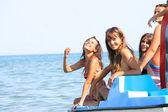 Cuatro hermosas mujeres jóvenes en un barco de pedales — Foto de Stock