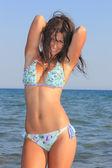 ビーチでの魅力的な女の子 — ストック写真