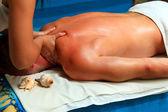 Close-up van een aantrekkelijke man met een rugmassage — Stockfoto