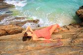 Vrouw ontspannen op het strand — Stockfoto
