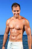 Adam bir plajda poz — Stok fotoğraf