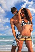 Szczęśliwa para na plaży — Zdjęcie stockowe
