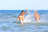Três jovens relaxantes na praia — Fotografia Stock