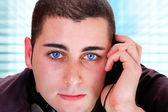 Adam müzik dinleme — Stok fotoğraf