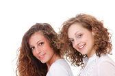 Två glada unga flickvänner — Stockfoto