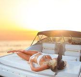 Joven mujer sexy en bikini blanco, disfrutando del atardecer — Foto de Stock