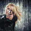 Woman holding up her weapon — Stock Photo