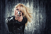 Woman holding up her weapon — Stockfoto