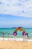 Blumendekoration auf der Hochzeit am Strand — Stockfoto