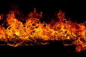 Flamboyant de flammes sur fond noir — Photo