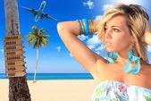 Frau am strand in einem tropischen resort — Stockfoto