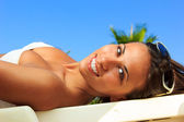 Pretty young woman relaxed by the pool — Stockfoto