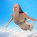 Woman swimming underwater — Stock Photo
