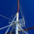 Boat masts against a blue sky - Foto Stock