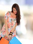Porträtt av fantastisk ung kvinna som bär kassar — Stockfoto