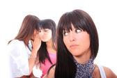Tre attraktiva flickor skvallra — Stockfoto