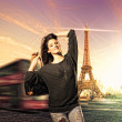 Woman visiting Paris in France with the Eiffel tower — Stock Photo