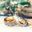 Foto Stock: Gold wedding rings