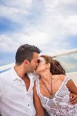 Foto di felice giovane coppia su uno yacht — Foto Stock